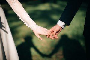 Wie Unterhalt und Altersvorsorge geregelt werden können im Ehevertrag.