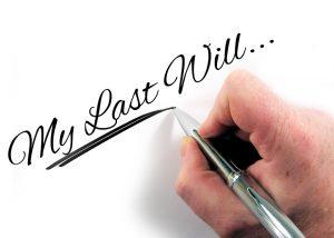 Neben einem Testament kommen auch Ehevertrag und Erbvertrag in Frage für die Regelungen des Erbes.